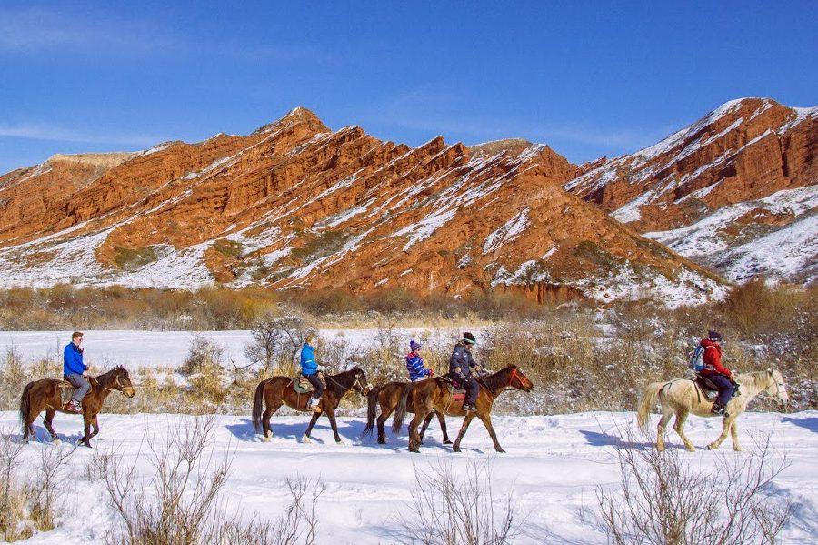 Paardrijden rode rotsen van Kyzyl Suu Kirgizië