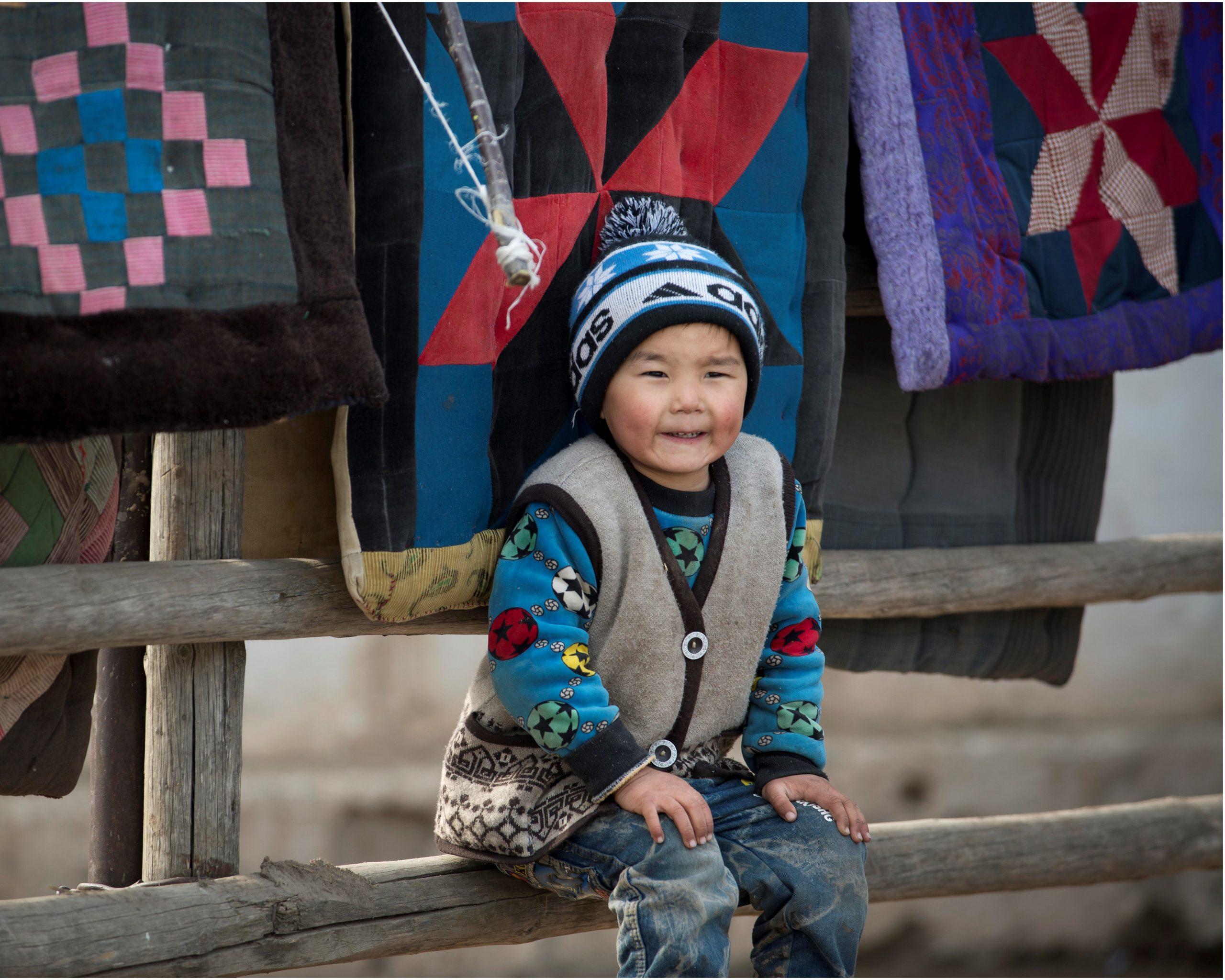 Zittend Kindje Kirgizië