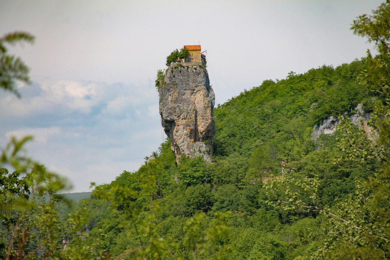 Huisje op berg Georgië
