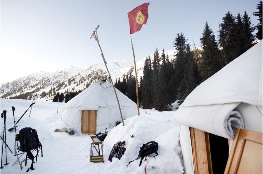 Yurt kamp sneeuw