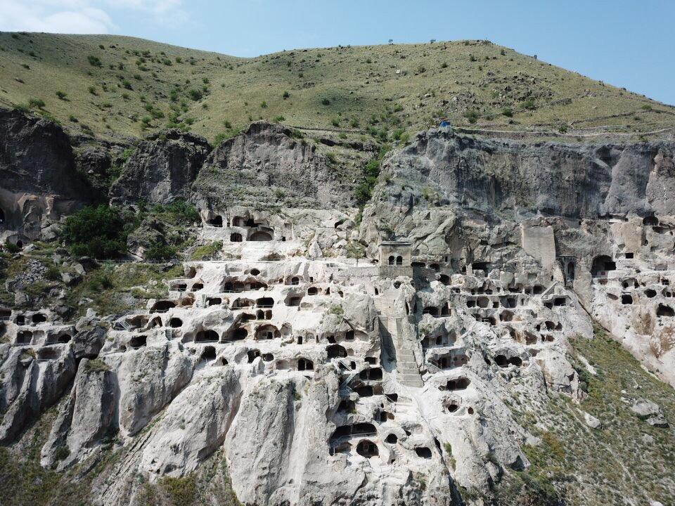 Vardzia vanaf de andere kant van de Mtkvari rivier